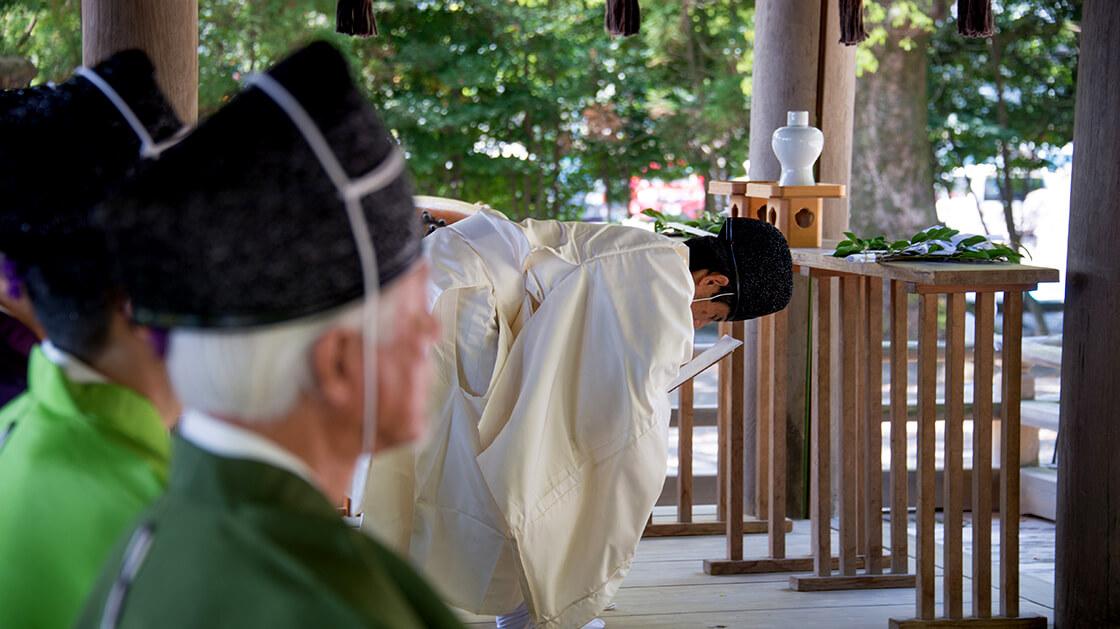 tsurugane shrine priest praying